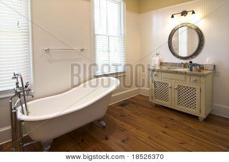 elegante baño con tina clawfoot