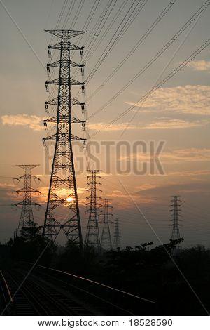 Sonnenuntergang-Übertragungsleitung mit Bahn