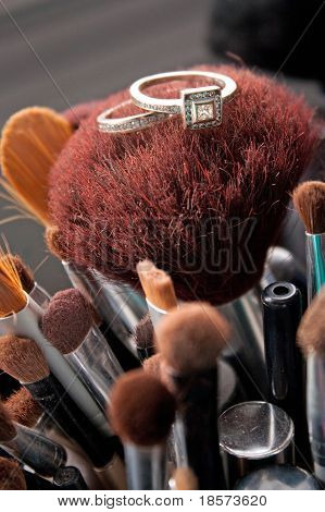 Trauringe auf Make-up Pinsel