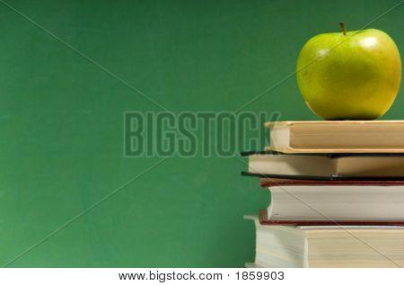 Pila de libros con manzana