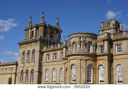 Estátuas entre janelas e telhado decorativo moldura ou borda e balaustrada