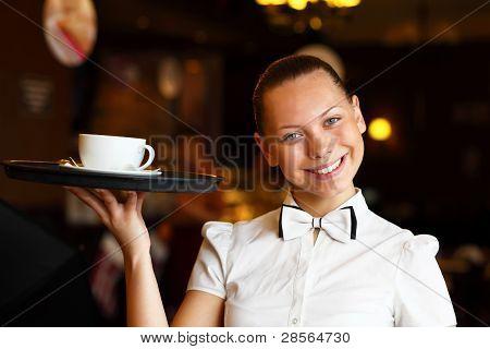 Retrato de jovem garçonete, segurando uma bandeja