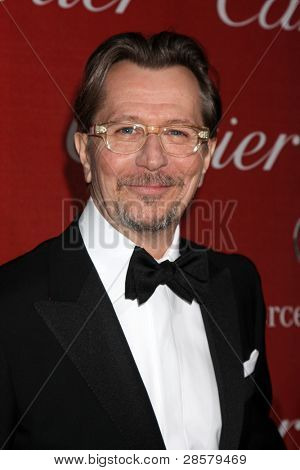 LOS ANGELES - 7 de JAN: Gary Oldman llega a la Gala de 2012 Palm Springs International Film Festival