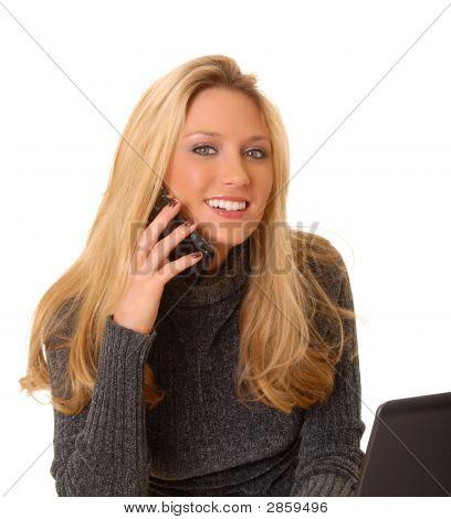Schöne blonde geschäftsfrau