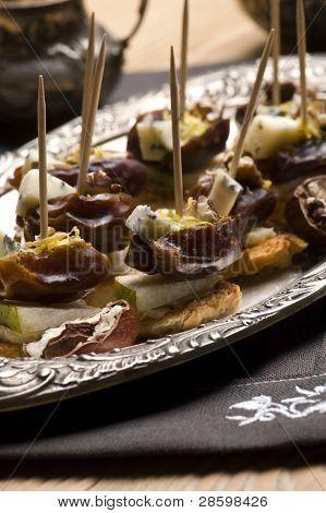 Placa de aperitivo con dáctilo, nueces pacanas y queso
