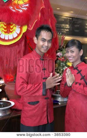 Garçom em traje chinês