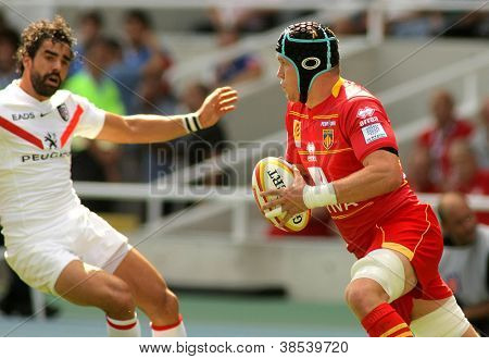 BARCELONA - SEPT 15: USAP Perpignan Luke Narraway(R) drive the ball during the French rugby union league match vs Stade Toulousain at the Stadium in Barcelona, Spain on September 15, 2012