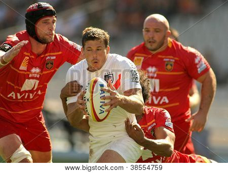 BARCELONA - SEPT, 15: Stade Toulousain Luke Burgess(R) is tackled by USAP player Luke Charteris(L) during the French rugby union league match at the Olympic Stadium in Barcelona, on September 15, 2012