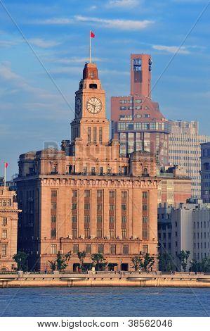 Shanghai historische und städtische Gebäuden über Huangpu-Fluss am Morgen mit blauer Himmel.