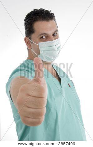 Médico com máscara na boca