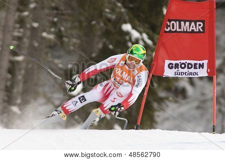 VAL GARDENA, Italia el 19 de diciembre de 2009. Klaus Kroell (AUT) lleva al aire atacando la curva de Ciaslat