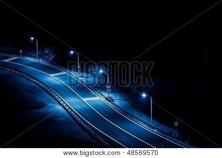 Limpe a estrada à noite, azul imagem enfraquecida.