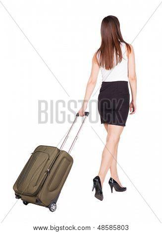 mujer poca vista con maleta verde de nuevo. hermosa chica morena en movimiento.  parte trasera vista perso