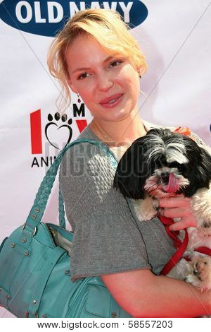 BEVERLY HILLS - APRIL 29: Katherine Heigl at the Old Navy Nationwide Search for a New Canine Mascot at Franklin Canyon Park on April 29, 2006 in Beverly Hills, CA.