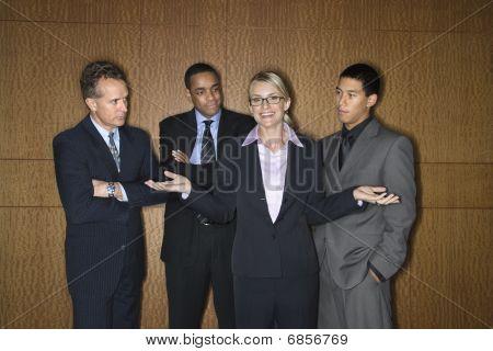 geschäftsfrau unter Geschäftsleuten