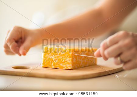 cutting cheese with floss kitchen hack