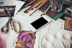 foto of sketche  - Smartphone on the table in the artist - JPG