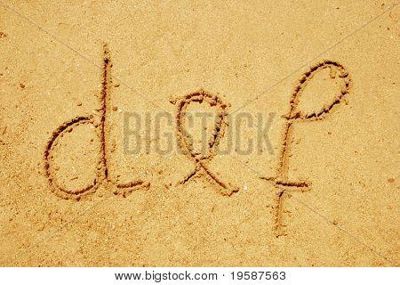Alfabeto def de cartas escritas a mano en la arena ideal para fuente, naturaleza o diseños conceptuales