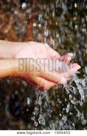 Água nas mãos