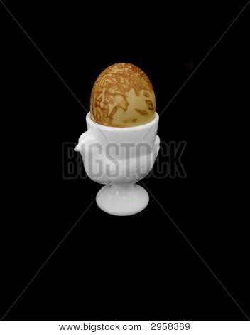 Huevo de Pascua, aislado sobre fondo negro