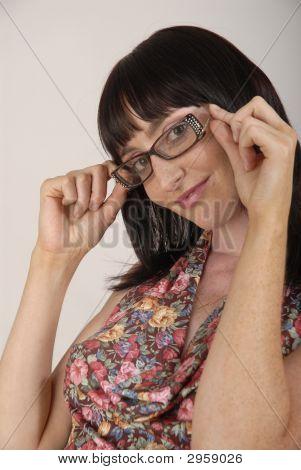 junge hübsche Frau mit Brille