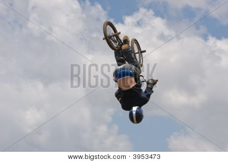 Ciclista de BMX aerotransportado