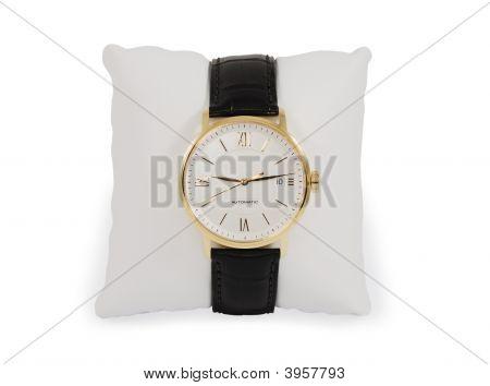 Reloj de oro vestido con una almohada