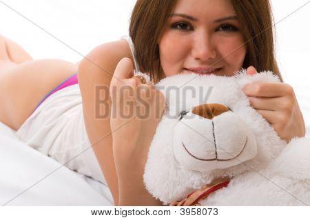 schöne lächelnd asiatische Mädchen mit einem Spielzeug.
