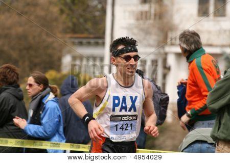 Boston - el 20 de abril: Gabriel Helmlinger carreras por Heartbreak Hill durante la maratón de Boston el 20 de abril,