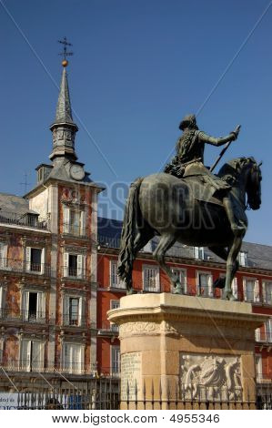 Major Square, Madrid. Spain. Casa De La Panaderia And Felipe Iii Statue