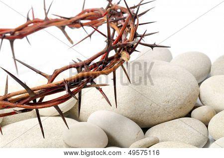corona de espinas y piedras de río blanco