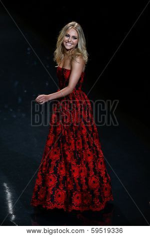 NEW YORK-FEB 6: Actress Annasophia Robb wears Oscar de la Renta at The Heart Truth Red Dress Collection show during Mercedes-Benz Fashion Week at Lincoln Center on February 6, 2014 in New York City.