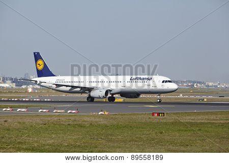 Frankfurt Airport - Airbus A321-200 Of Lufthansa Takes Off