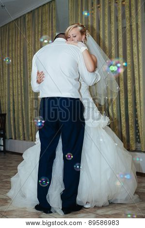 wedding dance of bride and groom. Charming bride and groom on their wedding celebration in a luxurio