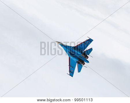Flies Su-27