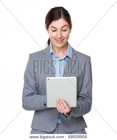 Brunette businesswoman use of the digital tablet
