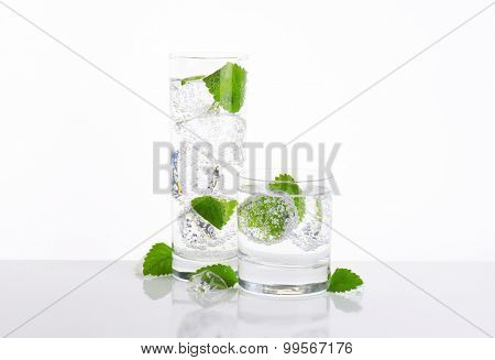 glasses of fizzy water with mint and ice