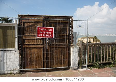 Sentence : Do Not Enter In French Language