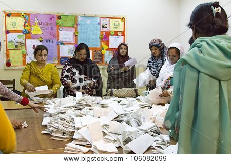 Vote Counting At Pakistan 2013 Elections