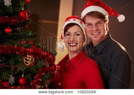 Pareja feliz celebración de Navidad