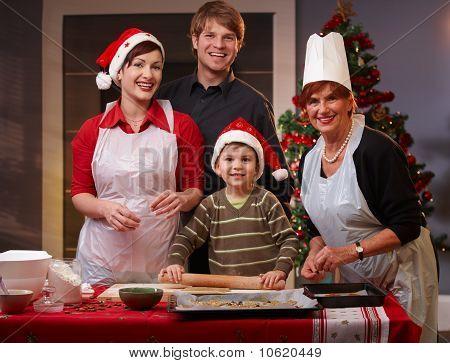 Vierköpfige Familie vorbereiten für Weihnachten