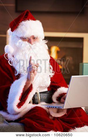 Santa utilizando ordenador