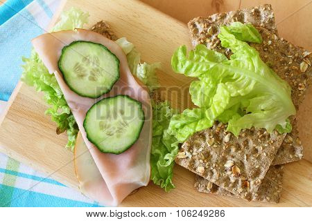 Crisp bread with cheese, ham and lettuce