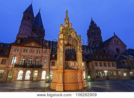 Mainzer Dom St.martin And Market Well