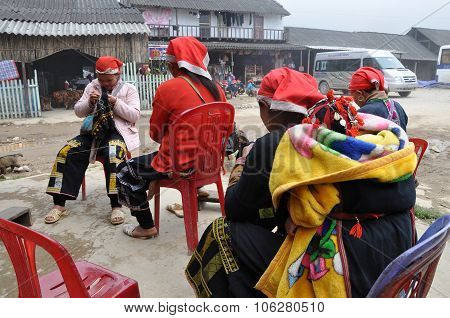 Red Dao (yao, Dzao) Chinese Minority Women In Traditional Clothes In Sapa, Vietnam
