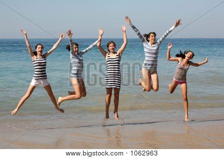 Fünf Mädchen springen