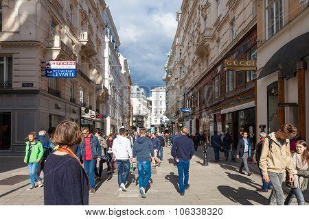 Many Tourists On Kohlmarkt Street In Vienna