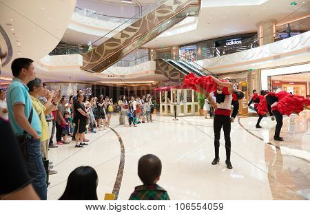Macao, China - June 25, 2015:tourists Watching The Dancing Performers In A Hotels In New Sands Macao