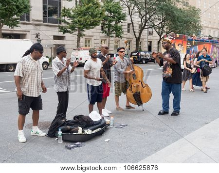 NEW YORK,USA - AUGUST 18,2015 :  Street performers singing and playing music at 5th Avenue in New York City