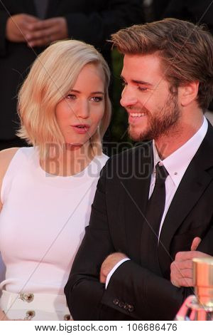LOS ANGELES - OCT 31:  Jennifer Lawrence, Liam Hemsworth at the Hunger Games Handprint and Footprint Ceremony at the TCL Chinese Theater on October 31, 2015 in Los Angeles, CA